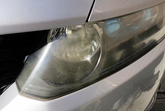 ヘッドライト左磨き前
