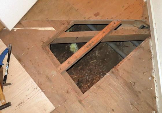床に穴が開いた