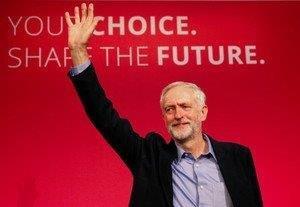 20160121英労働党党首への就任演説後に手を振るジェレミー・コービン氏