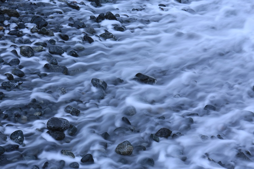 石を漱ぐ波