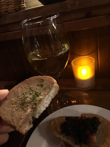 お酒とパンと美味しい料理。