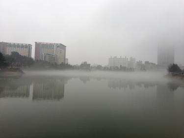 霧に包まれた建国大。