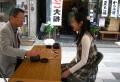碁に興じる若い女性