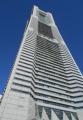 真下から見るランドマークタワー