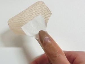 絆創膏をフィットさせる方法9