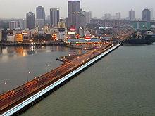 シンガポール側から見るジョホール海峡を渡るコーズウェイ。コーズウェイ脇には3本の水道管が並設されている。