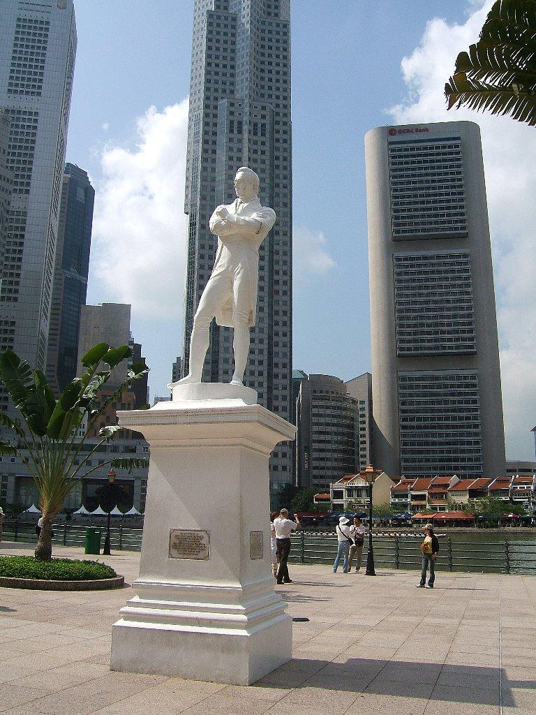 シンガポール・白いラッフルズ像