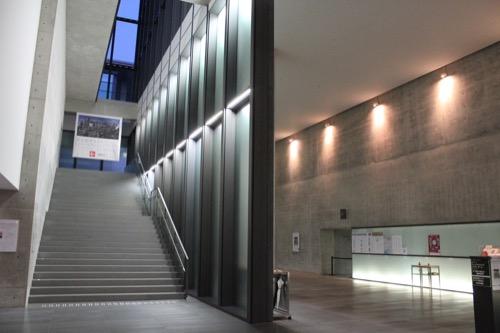 0003:兵庫県立美術館 企画展示室へと向かう階段