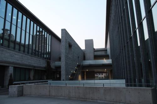 0003:兵庫県立美術館 段々状に重なった野外展示スペース