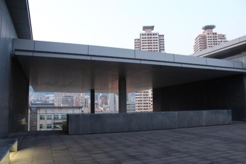 0003:兵庫県立美術館 野外展示スペース(4階)から山側をみる