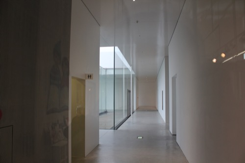 0006:金沢21世紀美術館 真っ白い路地のような通路