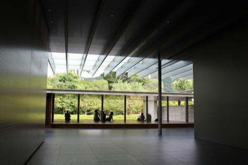 0031:平等院ミュージアム鳳翔館 苔庭に佇む人々②