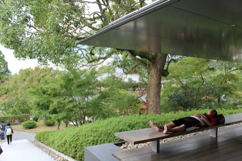 0031:平等院ミュージアム鳳翔館 苔庭のベンチでくつろぐ人