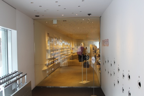 0033:ホキ美術館 エントランスから受付を見る