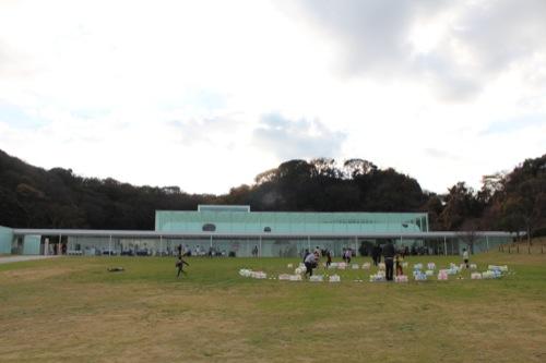 0034:横須賀美術館 ワークショップのある広場の風景