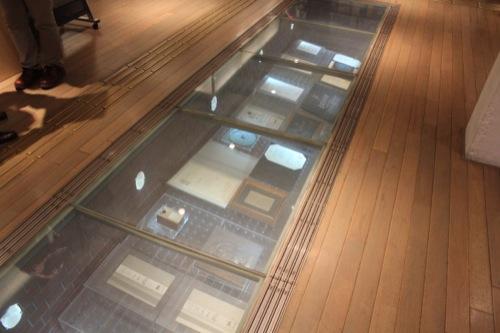 0035:横浜赤レンガ倉庫 床下に設置された賞状①