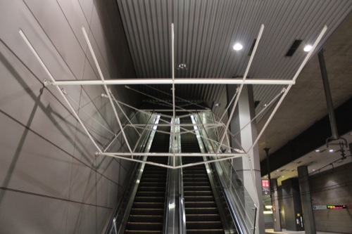 0037:新高島駅舎 エスカレーター上のモニュメント