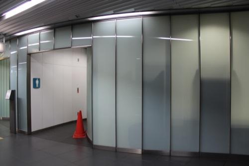 0037:新高島駅舎 曇りガラス張りのトイレ