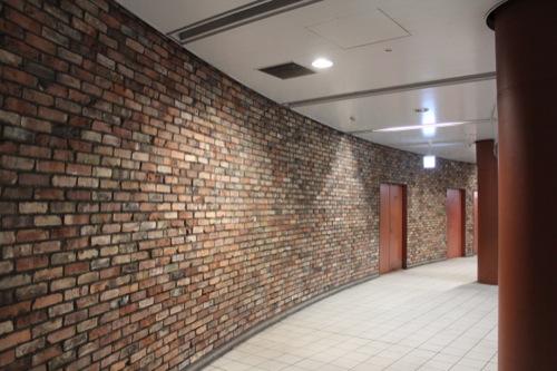 0038:馬車道駅舎 改札を囲むレンガ壁
