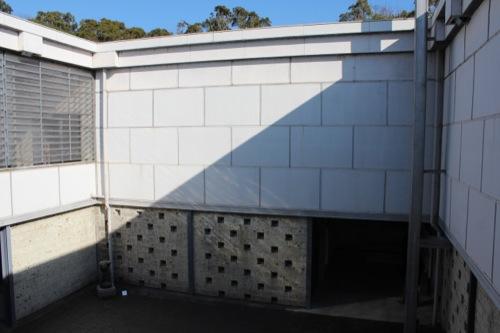 0050:神奈川県立近代美術館鎌倉館 休憩スペースから中庭をみる