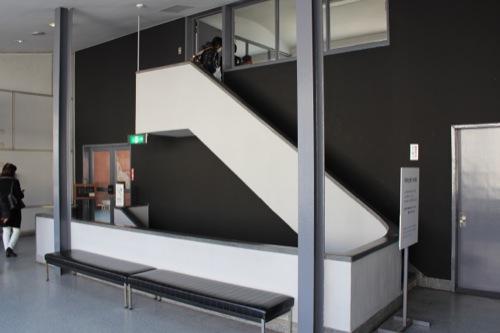 0050:神奈川県立近代美術館鎌倉館 2階休憩スペース