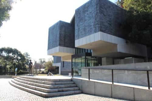 0051:神奈川県立近代美術館鎌倉別館 正門すぐからエントランスをみる