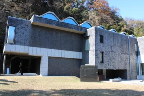 0051:神奈川県立近代美術館鎌倉別館 庭園から展示室をみる