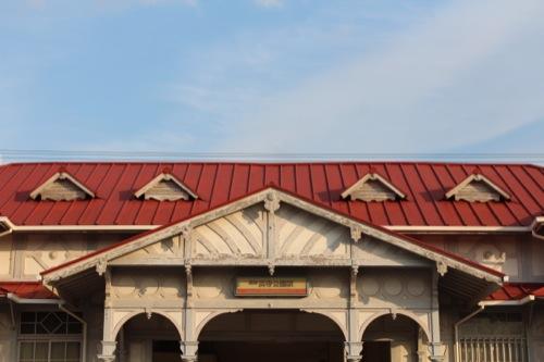 0052:南海 浜寺公園駅舎 赤色が冱えるトタン屋根