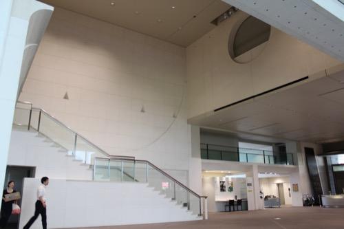 0054:京都国立近代美術館 幾何学意匠や渡り廊下のあるショップ