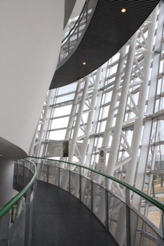 0058:福井市美術館 2階へ渡る螺旋スロープ