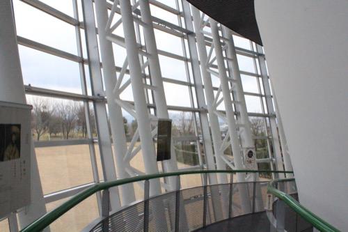 0058:福井市美術館 螺旋スロープを歩きながら周辺の環境を眺める