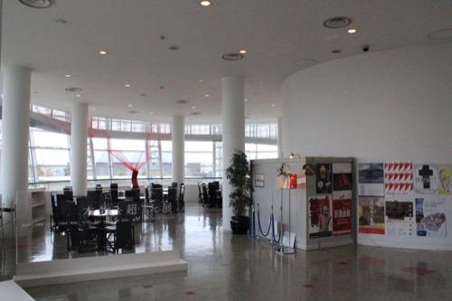 0058:福井市美術館 スロープの先にあるカフェスペース
