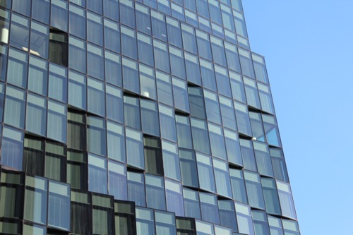 0060:大阪富国生命ビル ガラスごとにが角度が振り分けられている