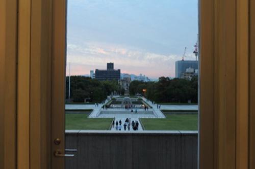 0061:広島平和記念資料館 慰霊碑・原爆ドームが一直線となる