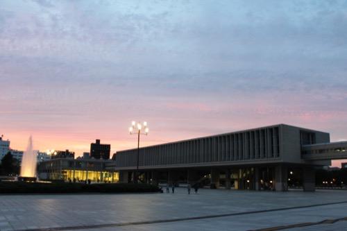 0061:広島平和記念資料館 夕暮れに佇む本館と国際会議場(奥)