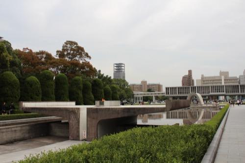 0061:広島平和記念資料館 「平和の灯」(手前)と「慰霊碑」(奥)