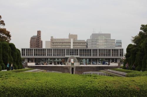 0061:広島平和記念資料館 平和の灯・慰霊碑・資料館が一直線に並ぶ