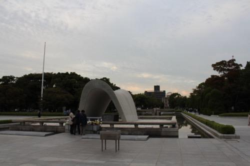 0061:広島平和記念資料館 慰霊碑から原爆ドームをみる