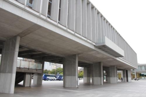 0061:広島平和記念資料館 ドッシリとした柱に支えられたピロティ