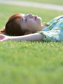 芝生でリラックスする女性