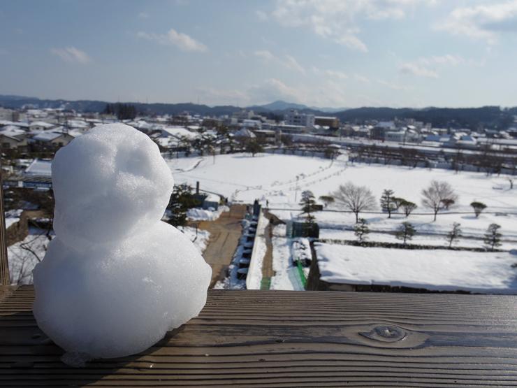 白河(雪)だるまが見下ろす城下町