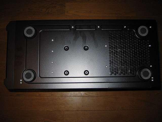 PC ケース Antec Three Hundred Two AB PC ケース底面 ボトム 大型シリコンゴム 4隅 4か所、2.5インチデバイス用ネジ穴(中央 4か所)、ダストフィルター(右側メッシュ)