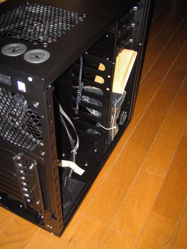 PC ケース Antec Three Hundred Two AB サイドパネル(パーツ収納面側)取り外したところ