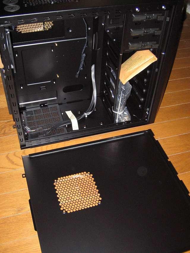 PC ケース Antec Three Hundred Two AB サイドパネル(パーツ収納面側)取り外したところとサイドパネル