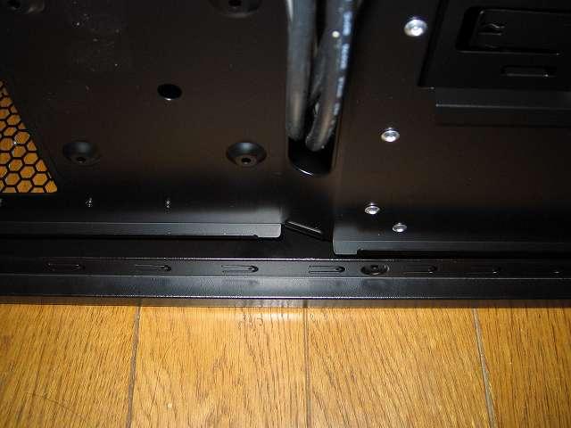 PC ケース Antec Three Hundred Two AB 裏配線側 マザーボードベースと天板隙間部分