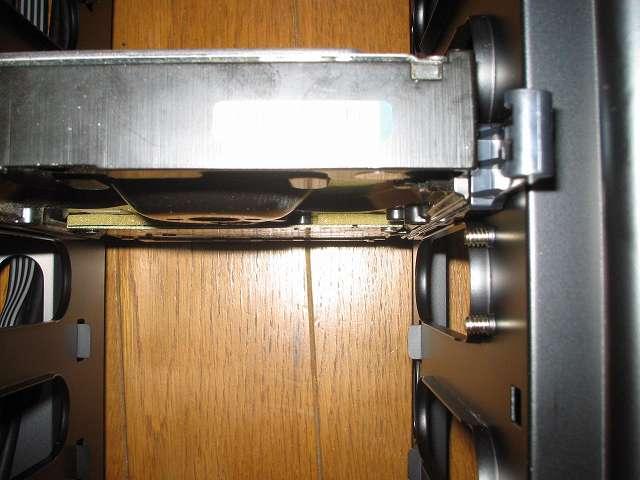 PC ケース Antec Three Hundred Two AB フロントファン ネジ位置の確認 PC ケース内部(3.5インチドライブベイ側) 最下段から 4番目(最上段から 3番目)に HDD を取り付けた状態
