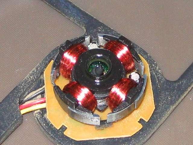 GELID Silent12 ケースファン グリスアップ作業、軸穴周辺部分にタミヤ モリブデングリスを適量注入、つまようじで軸穴にグリスを流し込む