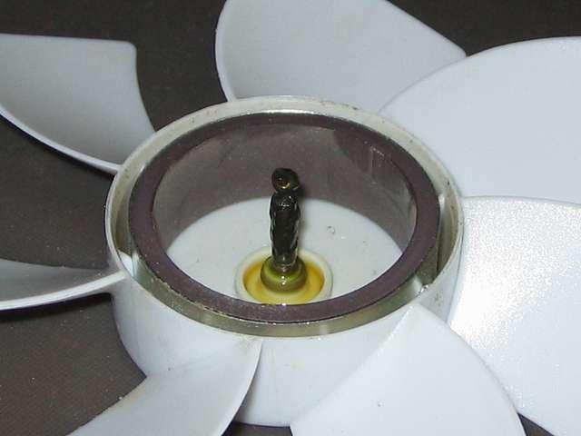 GELID Silent12 ケースファン グリスアップ作業、ブレード(羽根)の軸全体につまようじを使ってタミヤ モリブデングリスを適量塗布