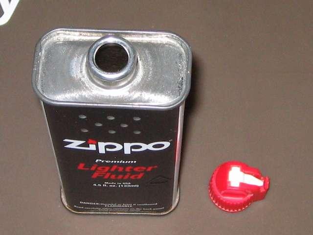 ハクキンベンジンを空になった Zippo オイル缶に詰め替え補充、Zippo 133ml オイル缶から注入口キャップを取り外したところ