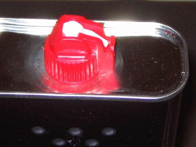 ハクキンベンジンを空になった Zippo オイル缶に詰め替え補充、Zippo 355ml オイル缶と注入口キャップ 隙間なし